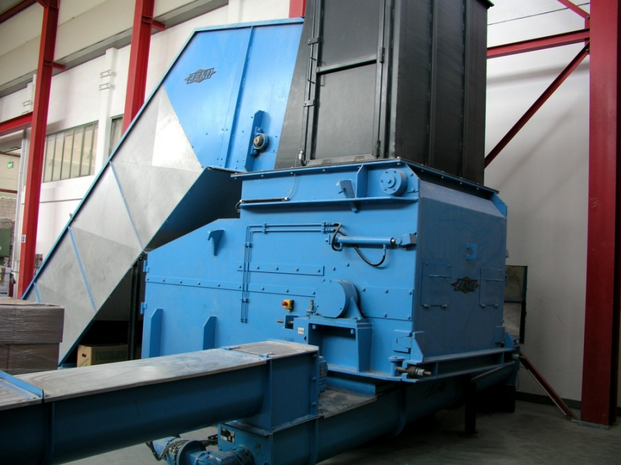 Industrial Shredder with Infeed and Discharge Conveyors